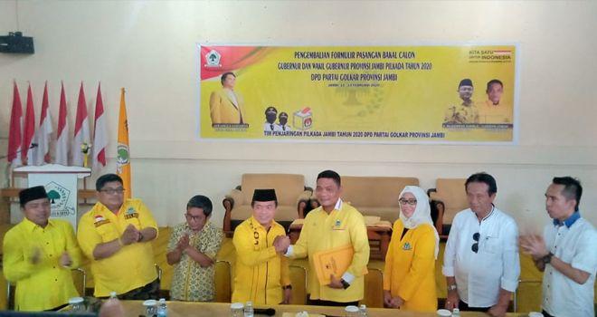 Kedatangan orang nomor satu di Kabupaten Merangin yang didampingi oleh puluhan tim pemenangannya, disambut oleh Sekretaris Tim Penjaringan DPD I Golkar Provinsi Jambi Gordon L Tobing dan jajarannya.
