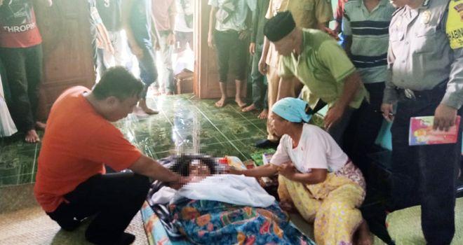 Seorang ibu rumah tangga di Kampung Bukit Baru, Dusun Dwi Karya Bhakti, Kecamatan Pelepat, nekat mengakhiri hidupnya dengan cara gantung diri di pohon karet, Senin (17/2).