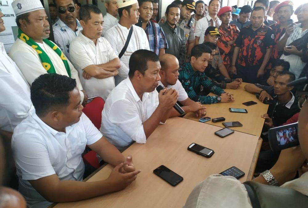 Pasangan petahana saat menyerahkan dukungan di Komisi Pemilihan Umum (KPU), Jum'at (21/2).