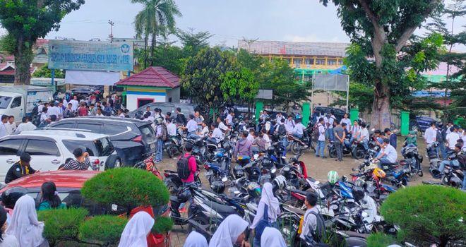 Para siswa SMKN 3 mendatangi SMKN 1 di jalan A Thalib Nomor 8 Kelurahan Simpang IV Sipin, Telainaipura, tepatnya di tengah jalan simpang Karya, Senin (24/2).