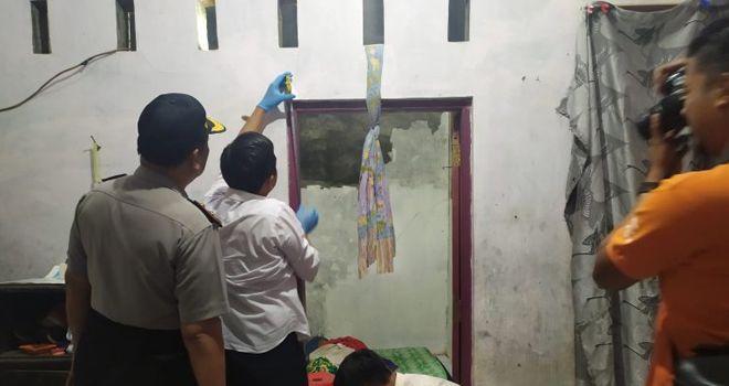 WAHYU HIDAYAT OLAH TKP - Petugas kepolisian dari Polsek Pekalongan Selatan bersama tim Inafis Polres Pekalongan Kota sedang melakukan olah TKP seorang gadis yang tewas gantung diri di rumahnya, Kelurahan Kuripan Yosorejo, Pekalongan Selatan, Rabu (26/2/2020) siang.