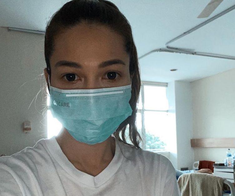 Andrea Dian Mengenakan masker wajah di Rumah Sakit saat menjalani perawatan.