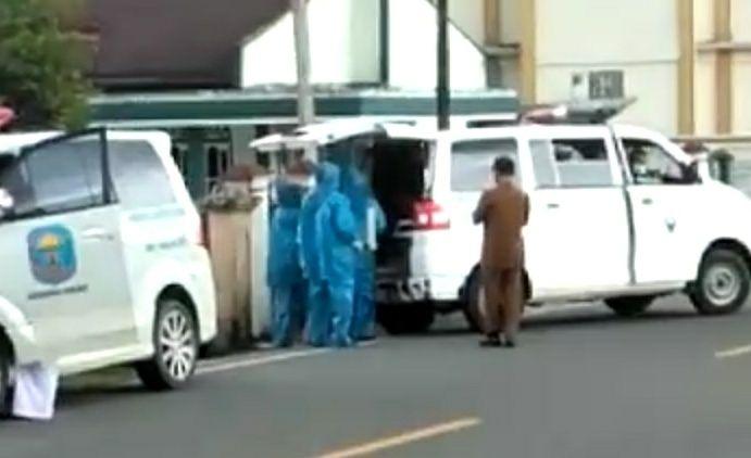 Video yang memperlihatkan salah seorang warga Kerinci yang diduga terkena ciri - ciri mirip terpapar Covid - 19 dijemput oleh petugas kesehatan dengan berpakaian penutup lengkap.