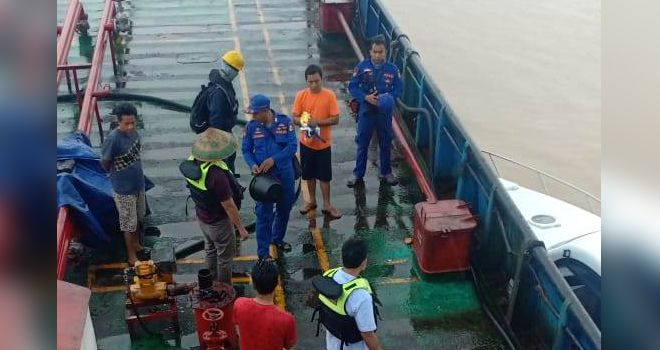 Kapal tengker berisikan 60 ton minyak diduga illegal diamankan oleh Tim Satgas Korpolairud Baharkam.