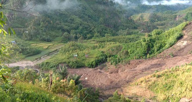 Banjir bandang akibat sungai meluap dan tanah longsor .