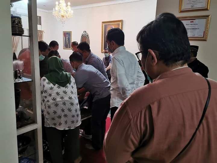 Presiden Joko Widodo tiba di kediaman almarhuman Ibunda tercinta di Solo, Jawa Tengah, setelah sebelumnya mendatangi RS TNI Rumah Sakit TNI (RST) Tingkat III Slamet Riyadi, Surakarta, Jawa Tengah, Rabu (25/3).