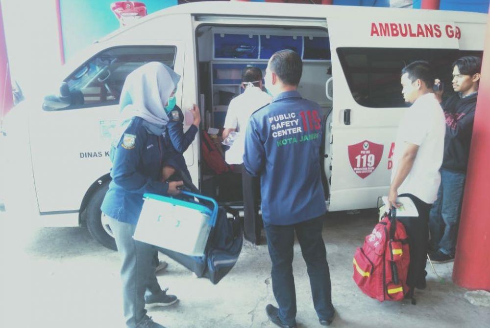 Persiapan petugas kesehatan untuk menjemput pasien dan dibawa ke RS Abdul manap.