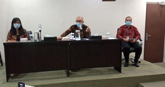 Kepala OJK Provinsi Jambi (tengah) saat konpres dikantor OJK Provinsi Jambi.