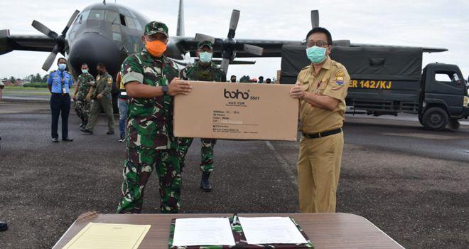 Kasrem 042/Gapu Letnan Kolonel Arh Hary Sassono Utomo, menyerahkan bantuan Alat Pelindung Diri (APD) dari Kemenkes RI kepada Kepala Dinas Kesehatan Provinsi Jambi dr.H Samsiran Halim.