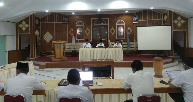 Pemkab Kerinci mengelar rapat tertutup terkait dengan pembahasan anggaran untuk penanganan covid-19 diruang pola kantor Bupati Kerinci, Rabu (08/04/2020).