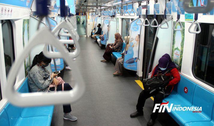 Sejumlah penumpang duduk di bangku yang telah diberi stiker panduan jarak antar penumpang dalam rangkaian gerbong kereta Moda Raya Terpadu (MRT), Jakarta, Senin (13/4/2020).