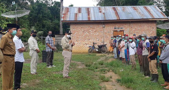 Bupati Sarolangun Drs. H Cek Endra turun langsung meninjau pelaksanaan proyek padat karya di Desa Taman Dewa.