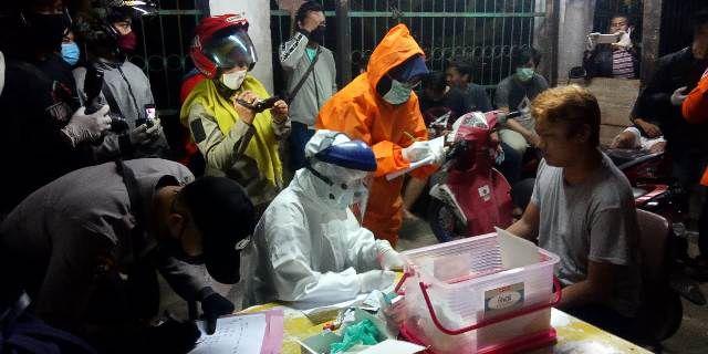 Rapid tes yang dilakukan oleh petugas terhadap sejumlah pemuda yang melanggar jam malam di Sungai Sawang sekitar pukul 23.00 Wib (13/5).