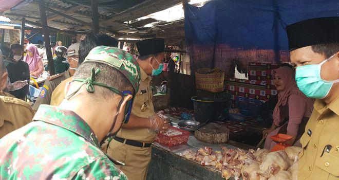 Wabup H.Hillalatil Badri beserta rombongan terlihat berbincang-bincang dengan sejumlah pedagang, baik dari kelompok pedagang lauk pauk, daging maupun dengan kelompok pedagang sayuran.