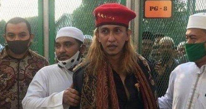 Habib Bahar mengenakan baret merah dengan lima bintang.