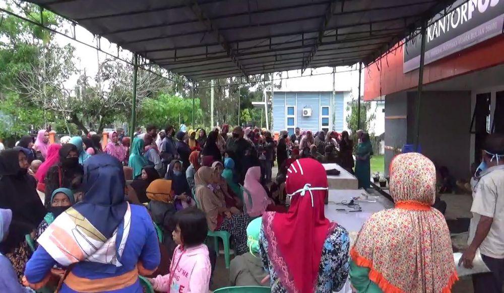 Ratusan Warga Batanghari Berkumpul Depan Kantor Pos, Tanpa Protokol Kesehatan.