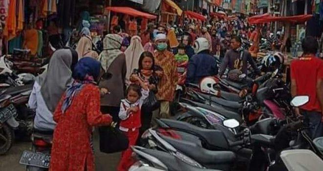 Pantauan dilapangan H - 2 Lebaran Idul Fitri dipasar Tanjung Bajure dan sekitaran area Kincay Plaza, Puluhan Ribu masyarakat Kerinci dan Sungai Penuh padati pasar.
