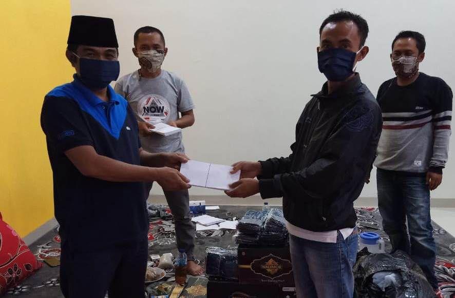 Ketua DPD PAN Kerinci Yuldi Herman menyerahkan santunan secara simbolis kepada warga yang membutuhkan.
