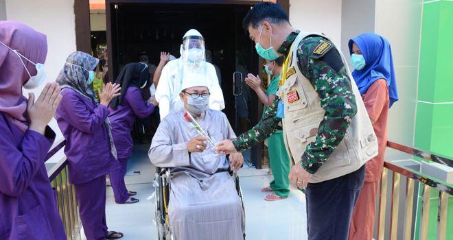 Wali Kota Jambi H. Syarif Fasha, secara khusus, Memberikan Setangkai Mawar Kepada Pasien yng Sembuh dari Covid-19.