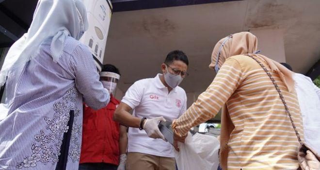 Sandiaga Uno bersama Relawan Siaga saat berbagi beras gratis untuk keluarga dhuafa.