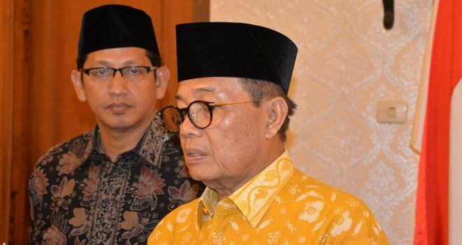Gubernur Jambi H.Fachrori Umar (Kanan) didampingi Karo Humas Protokol Setdaprov Johansyah.
