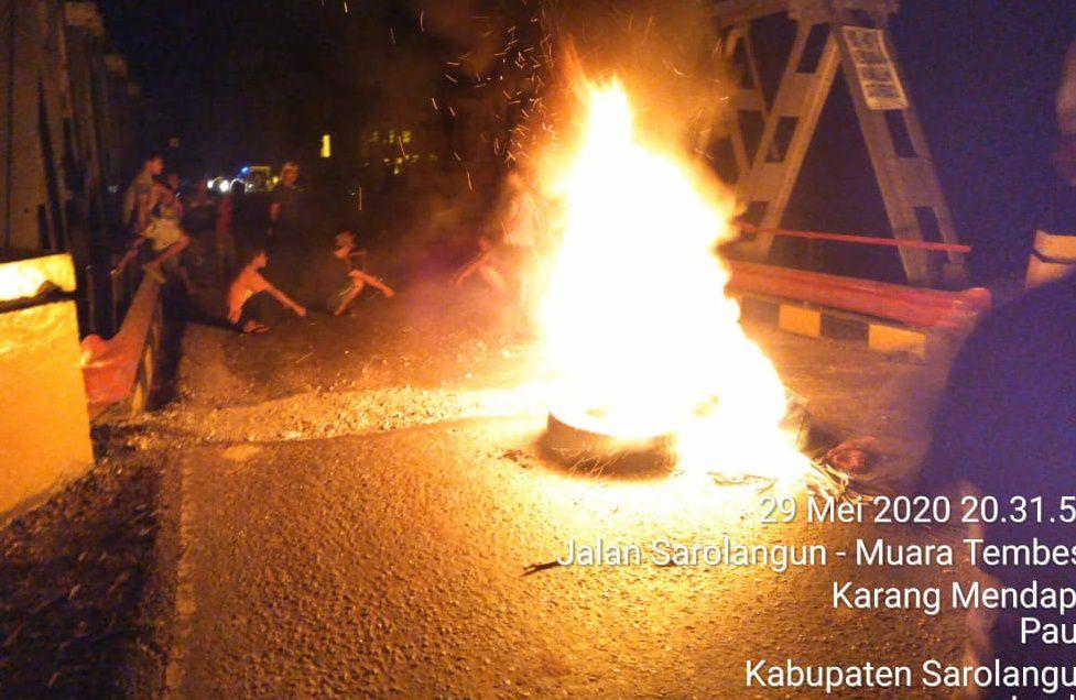 Jalan Sarolangun Jambi di Desa Karmen yang Diblokir warga.