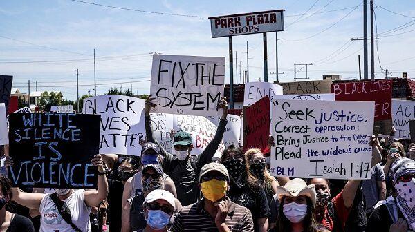 Warga Amerika Serikat yang mengambil bagian dalam protes Black Lives Matters akibat pembunuhan George Floyd, di Kota Oklahoma, Oklahoma.