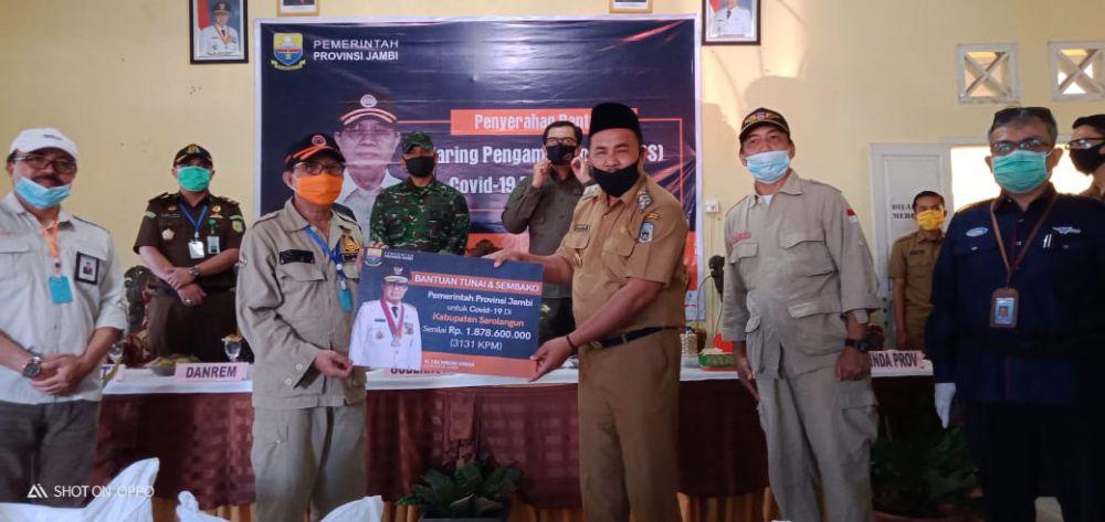 Wabup Hillalatil Badri Dampingi Gubernur Jambi Serahkan Bantuan JPS Ke Masyarakat Sarolangun.