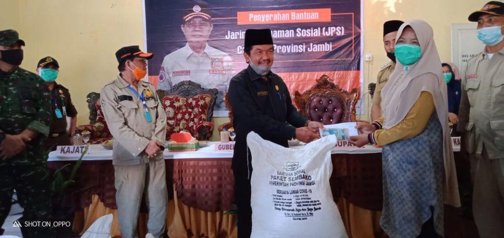 Ketua DPRD Sarolangun Dampingi Gubernur Jambi Serahkan Bansos