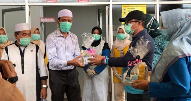 Direktur RSUD H Hanafie Muara Bungo saat melepas dua orang pasien yang sudah sembuh dari Covid-19.
