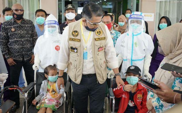 Wako Fasha menyambut dan memberikan hadiah sepeda kepada dua anak yang dinyatakan sembuh dari Covud-19 di RS Abdul Manap Kota Jambi.