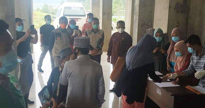 Sekretaris gugus, Abrardani, bersama jajaran dinas kesehatan Kota Sungai Penuh melepas langsung kepulangan warga reaktif Covid-19 tersebut dari RS H.Bakri Sungai Penuh, Jumat (5/6).