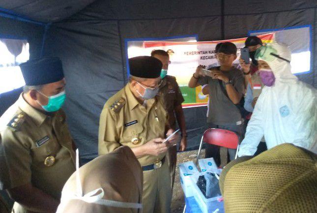 Bupati Sarolangun, Drs Cek Endra, saat memantau kesiapan petugas di pos kesehatan, baru lalu.