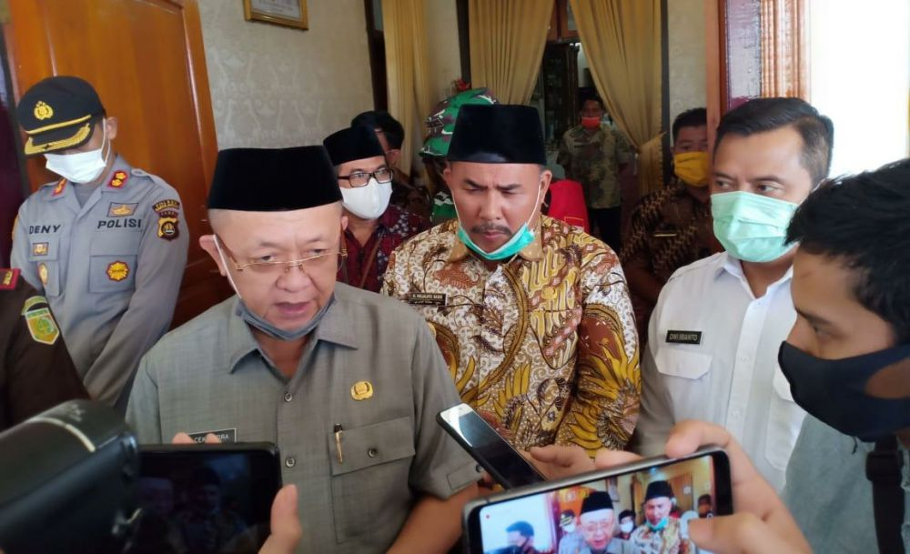 Bupati Sarolangun, Drs Cek Endra, saat dikinformasi oleh wartawan liputan Sarolangun.