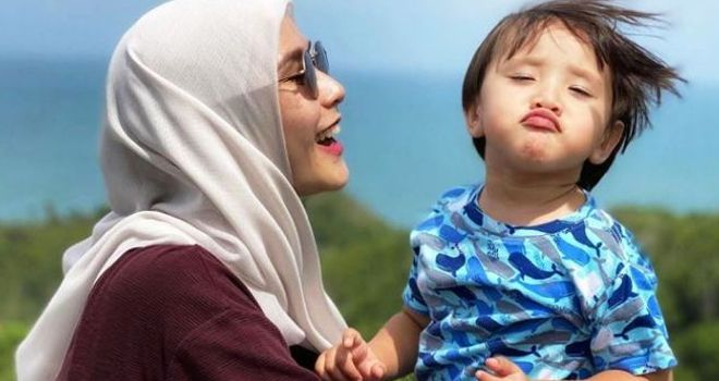 Zaskia Adya Mecca. menikmati suasana pantai bersama anaknya.