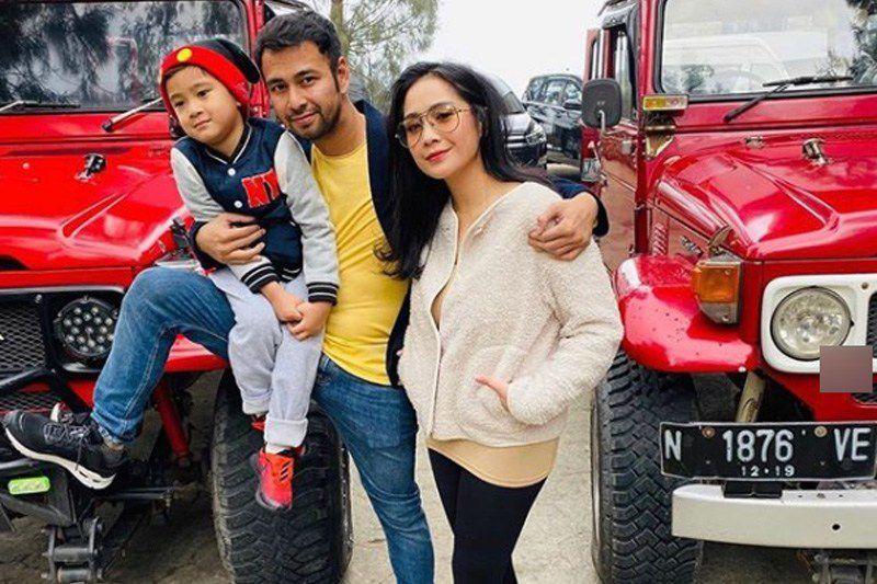 Raffi Ahmad bersama istrinya, Nagita Slavina dan anak mereka Rafathar.