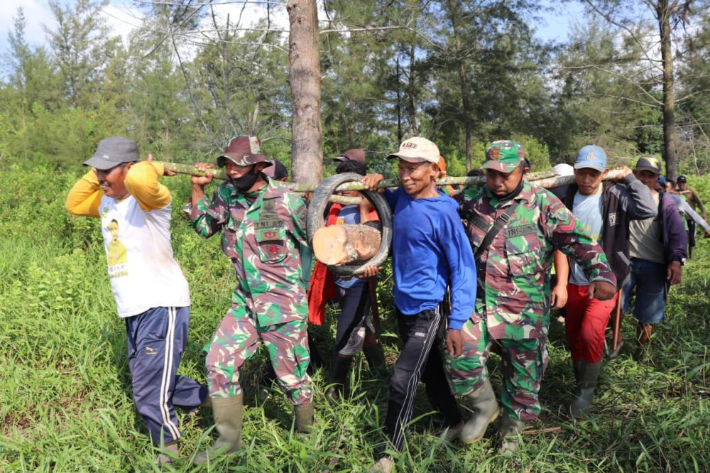 Satu Rasa Bersama Dalam Gotong Royong Babinsa Dengan Warga di Lokasi TMMD Labuhan Pering