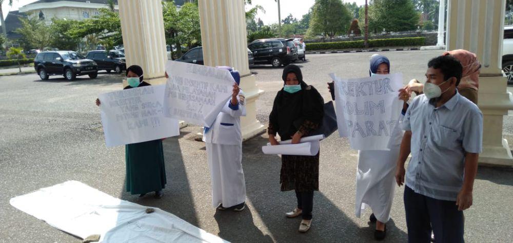 Dokter Hingga Pegawai Biasa di RSUD Raden Mattaher Unjuk Rasa di Gedung DPRD Provinsi Jambi.