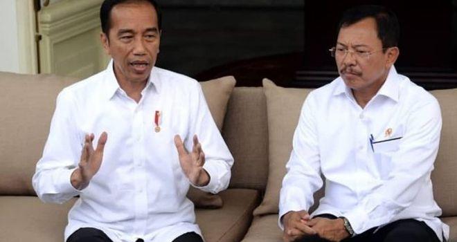 Presiden Jokowi dan Menkes Terawan Agus Putranto mengumumkan 2 warga Depok, Jabar, positif terjangkit virus corona di Istana Negara, Senin (2/3/2020).