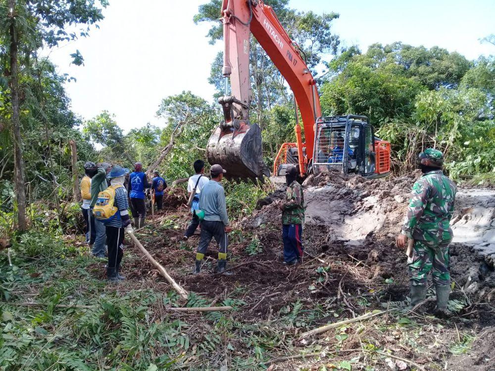 Semangat Gotong Royong TNI dan Warga Bangun Jalan di Lokasi TMMD