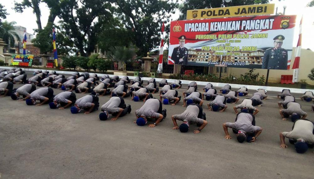 147 personel Polda Jambi sujud syukur atas kenaikan pangkat.