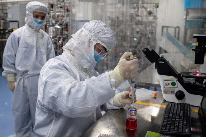 Petugas laboratorium mengambil sempel pada vaksin eksperimental untuk Covid-19 di dalam laboratorium Ruang Budaya Sel yang difasilitas Biotech Sinovac di Kota Beijing, Cina. Setelah Wuhan, Hubei, Kota Beijig kembali digegerkan dengan merembertnya Virus Corona.