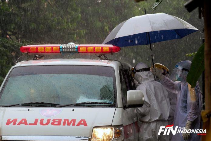 Tim medis saat melayani warga di tengah pandemi corona.