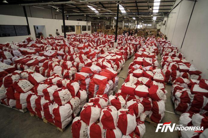 Sejumlah petugas melakukan paking sembako yang siap di kirim ke lokasi yang terdampak Covid-19 di Kota Tangerang, Banten, Indonesia, (9/5).
