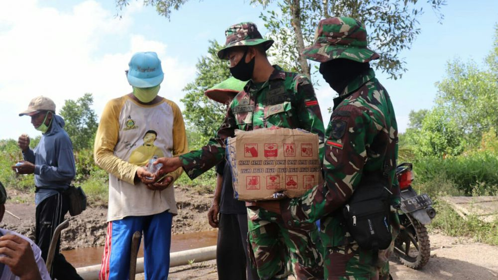 Segelas Air Minum Jalin Kebersamaan TNI dan Rakyat