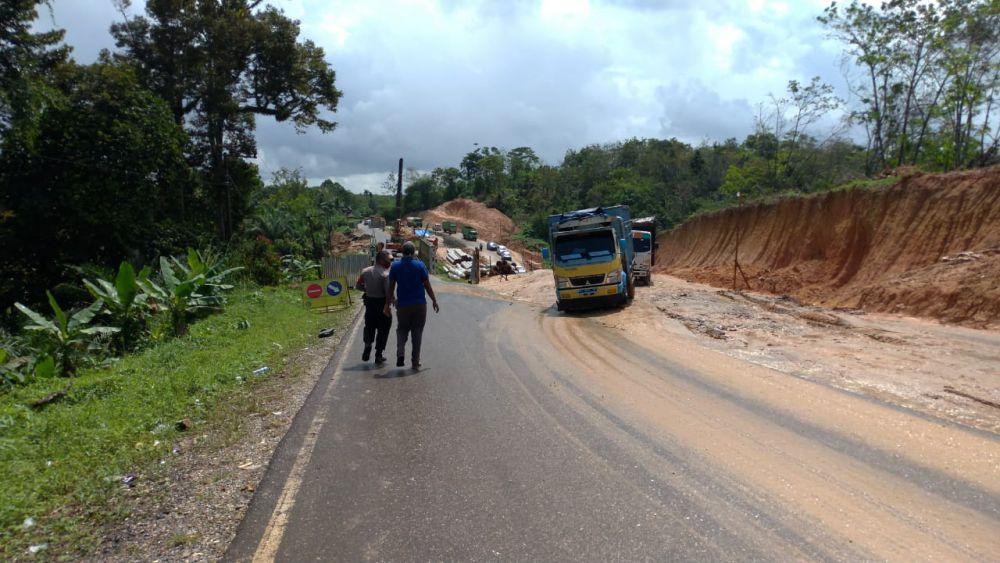 Jembatan di KM 112 Jalan Muara Tembesi - Sarolangun tepatnya di Kelurahan Muara Jangga Kecamatan Bathin XXIV, retak. Untuk sementara kendaraan roda dua dan roda empat, dilarang untuk melintas.