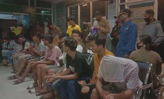 1 orang perempuan bersama 6 orang lelaki yang diamankan pada operasi Penyakit Masyarakat (pekat) di kawasan Kecamatan Pasar Kota Jambi, Rabu malam (8/7). (Inzert) puluhan pasangan yang terjaring.