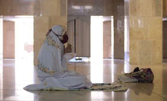 Seorang jamaah sedang menjalankan ibadah salat di Masjid Istiqlal, Jakarta dengan menggunakan masker.