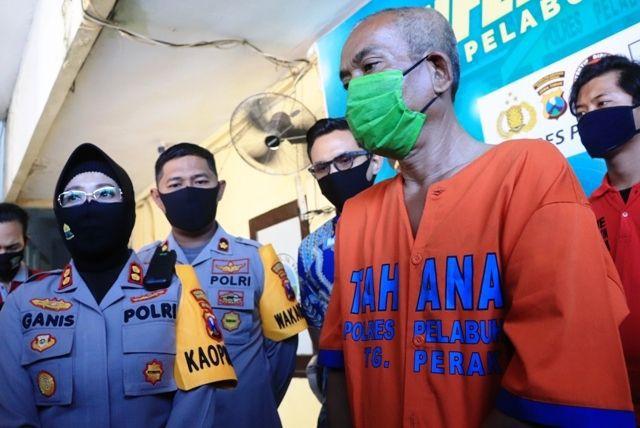 Petugas menunjukkan barang bukti dan tersangka kasus pencabulan anak dibawah umur yang berhasil diamankan di Mapolres Pelabuhan Tanjung Perak, Surabaya, Jumat (10/7).