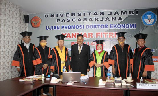 Yanuar Fitri foto bersama Ketua Sidang, Sekretaris, Promotor, Co Promotor I, Co Promotor II, dan para Anggota Penguji.